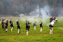 Солдаты армии на Бородино сражают исторический reenactment в России Стоковая Фотография RF
