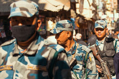 Солдаты во время протеста в пределах кампании для того чтобы закончить насилие против женщин в Катманду, Непале Стоковые Фотографии RF