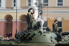 Солдаты в военных транспортных средствах на репетиции военного парада Стоковое Фото