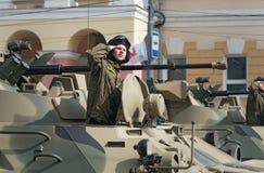 Солдаты в военных транспортных средствах на репетиции военного парада Стоковые Изображения RF