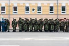 Солдаты в форме на репетиции военного парада Стоковое фото RF