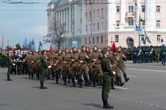 Солдаты в форме на репетиции военного парада Стоковое Фото