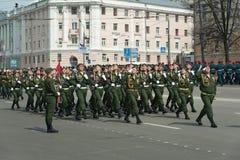 Солдаты в форме на репетиции военного парада Стоковые Изображения