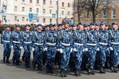 Солдаты в форме на репетиции военного парада Стоковое Изображение RF