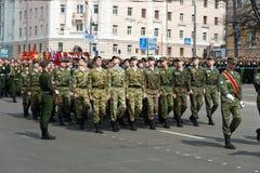 Солдаты в форме на репетиции военного парада Стоковые Фото