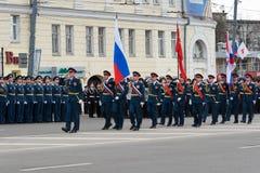 Солдаты в форме с флагами на репетиции военного парада Стоковое Изображение RF