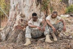 Солдаты имея переговор во время тренировки полосы препятствий стоковые изображения
