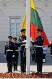 Солдаты подготавливают для поднимать флагов Стоковые Фото