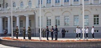 Солдаты подготавливают для торжественного повышения флагов Стоковая Фотография