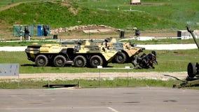 Солдаты специального блока увольняют от задних armored экранов сток-видео