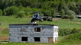 Солдаты специального парашюта для захватывать террористов видеоматериал