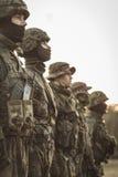 Солдаты тренировки с оружием в армии Стоковая Фотография