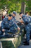 Солдаты OMON демонстрируют образцы маленьких рук цветок феиэрверков дня торжества любит победа Rostov On Don, Россия 9-ое мая 201 Стоковое Фото