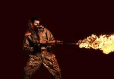 Солдат апокалипсиса с огнеметом Стоковые Фотографии RF