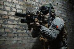 Солдат армии направляя оружия Стоковые Изображения