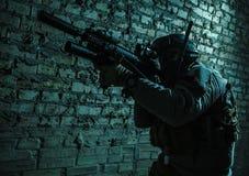 Солдат армии направляя оружия Стоковое фото RF