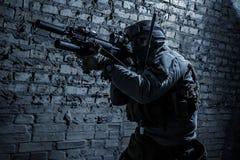 Солдат армии направляя оружия Стоковые Изображения RF