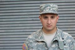 Солдат возвращающ к блоку после домашнего разрешения стоковое изображение rf