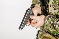Солдат держа русское личное огнестрельное оружие PM Makarov 9mm Тренировка  Стоковое Фото