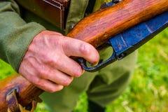 Солдат держит его винтовку Стоковые Изображения RF