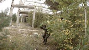 Солдат крадется через загубленную фабрику сток-видео