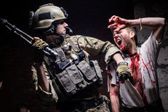 Солдат нападения зомби с оружием Стоковое фото RF