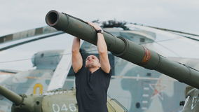 Солдат на тренере военной базы сток-видео