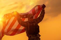 Солдат празднуя победу стоковая фотография