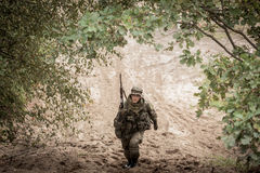 Солдат с оружием в форме Стоковое Фото