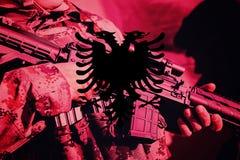 Солдат с пулеметом с национальным флагом Албании Стоковые Изображения