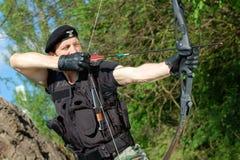 Солдат с луком и стрелы Стоковые Изображения RF