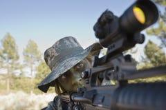Солдат указывая винтовка стоковые изображения