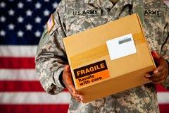 Солдат: Держать пакет с пустым ярлыком Стоковые Изображения RF