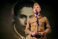 Солдат Portra советский, поэт, герой в форме Второй Мировой Войны играя аккордеон над черной предпосылкой Стоковые Фото