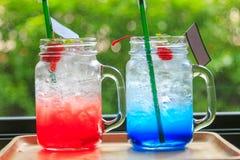 Сода клубники и синь Гаваи на деревянном подносе с стеной дерева Стоковое Фото