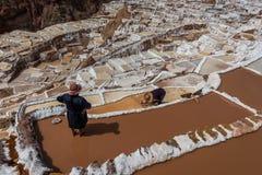 Солевые рудники перуанские Анды Cuzco Перу Maras женщин Стоковые Изображения RF
