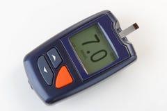Содержание глюкозы в крови контролируя метр для диабета стоковые фото