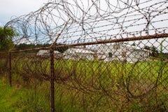 содержание загородки лагеря отсутствие вне trespassing обеспеченности тюрьмы Стоковые Изображения RF