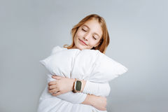 Содержимая милая подушка обнимать девушки Стоковая Фотография