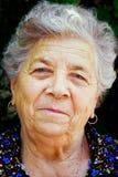 содержимая счастливая старая одна старшая женщина усмешки Стоковые Фотографии RF