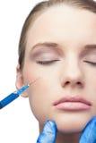 Содержимое милое модельное имеющ впрыску botox на щеке Стоковые Изображения RF