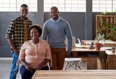Содержимые африканские предприниматели принимая пролом в современном офисе Стоковое Фото