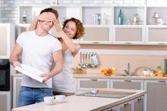 Содержимые любящие пары имея потеху в кухне Стоковые Фото