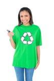 Содержимый темный с волосами экологический активист держа мобильный телефон Стоковые Изображения RF