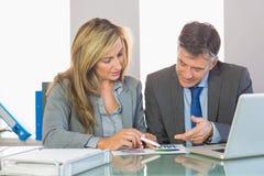 2 содержимых бизнесмены пробуя понять диаграммы Стоковые Изображения RF