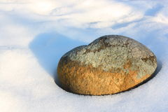 Солитарный утес окруженный снегом Стоковые Изображения RF