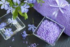Соли для принятия ванны лаванды с цветками и полотенцем Стоковое Изображение RF