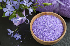 Соли для принятия ванны лаванды с цветками и полотенцем Стоковое фото RF