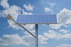Солнечная батарея и уличный фонарь на предпосылке облаков Стоковая Фотография
