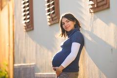 Солнечная беременная женщина Стоковое Фото